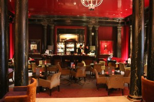 Iconic Paris - Le Bar -- catch live music here at night